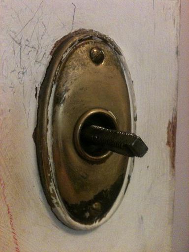 Как открыть заклинивший замок входной двери