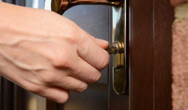 Провернулся ключ в замке двери