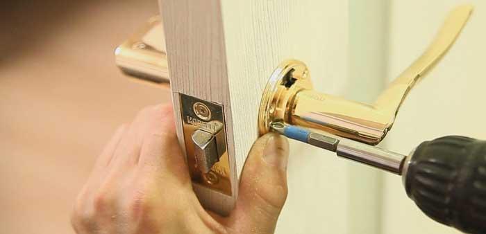 Как снять ручку с межкомнатной двери Как разобрать круглую дверную ручку с замком Как снять защелку для входной конструкции с фиксатором