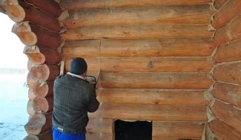 Как поставить дверь в дом из бруса