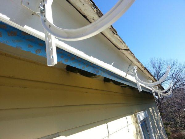 Как самому установить водостоки на крышу