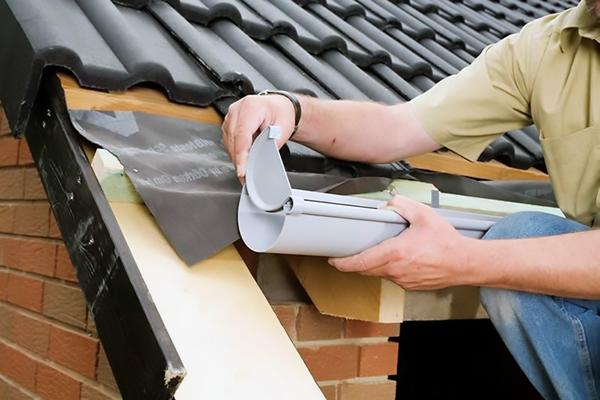 Как правильно монтировать водостоки на крыше