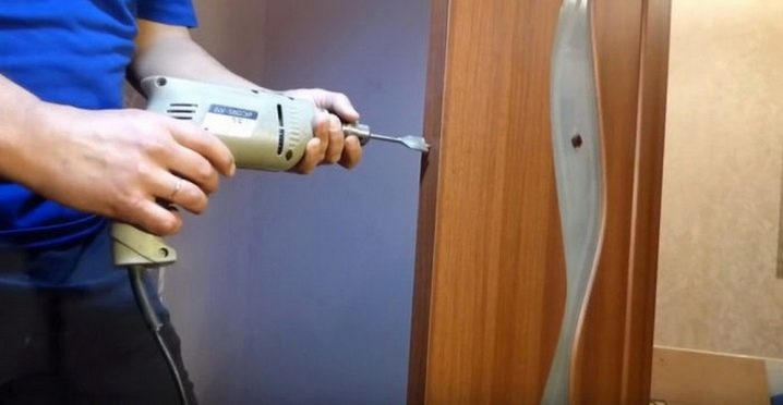 Как сделать отверстие для замка в двери