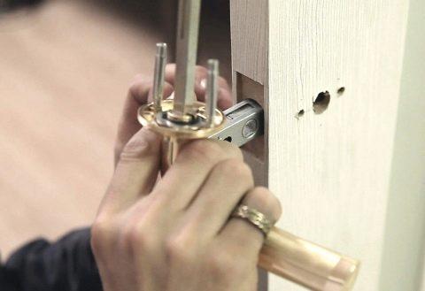 Как врезать замок в межкомнатную деревянную