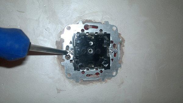 Как закрепить розетку в бетонной стене