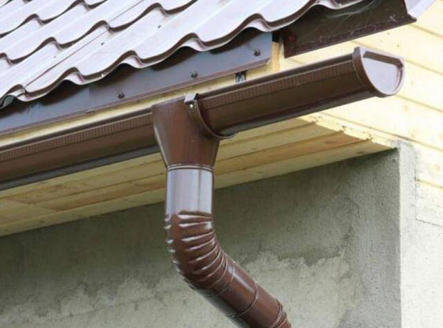 Как сделать отвод воды с крыши дома
