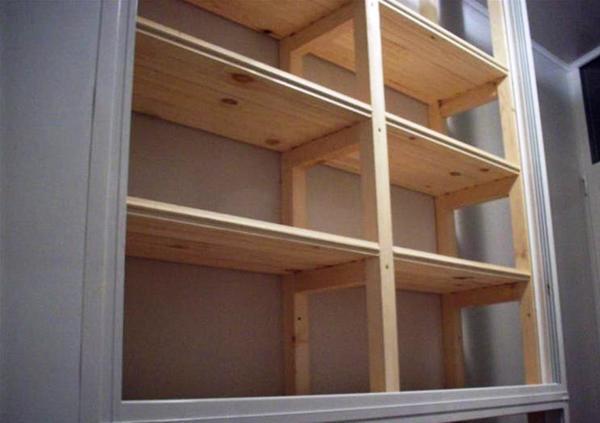 Стеллаж на балкон надежный помощник в организации пространства