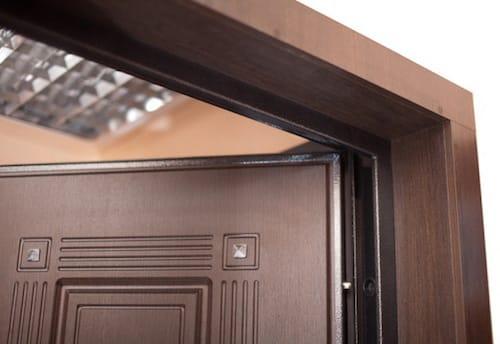 Как крепить доборы на входную дверь