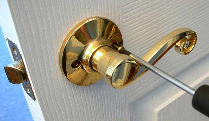 Установка дверной ручки на межкомнатную дверь своими руками