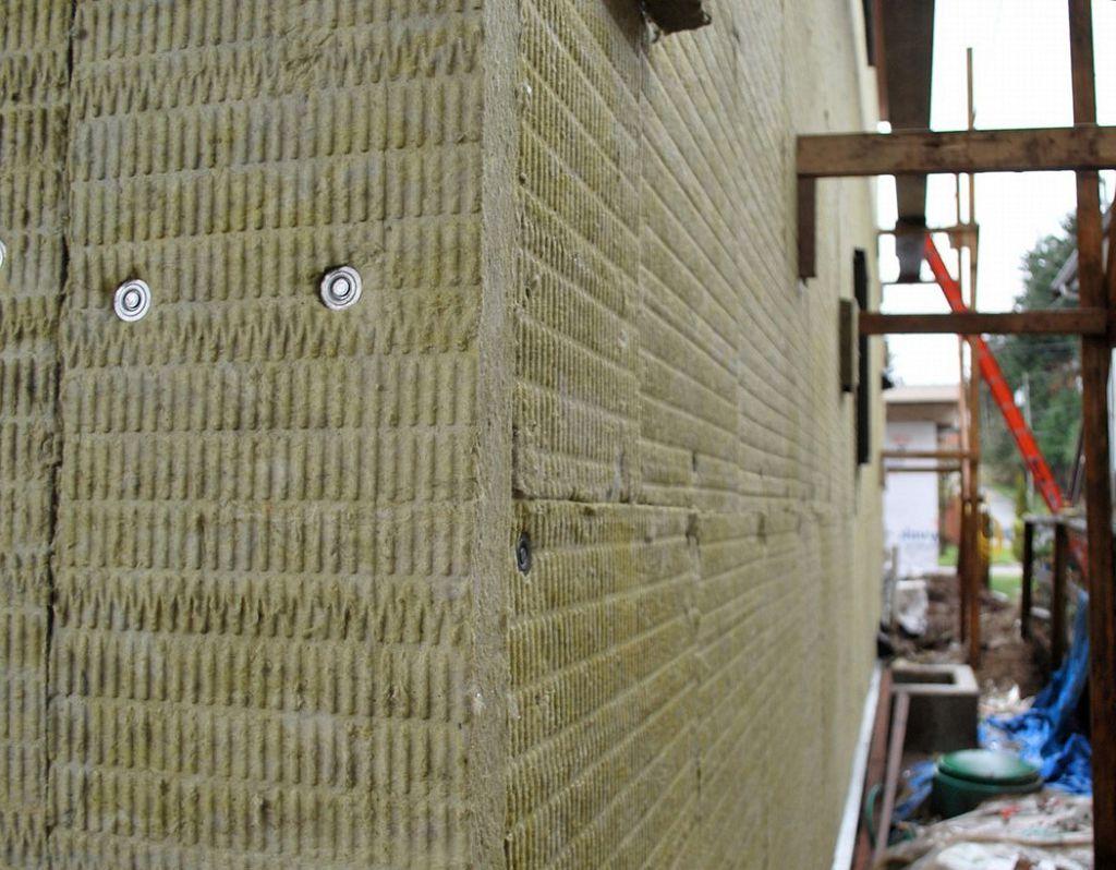 Утепление дома снаружи минватой под сайдинг отделка стен и фасада кирпичного и бревенчатого дома плюсы и минусы минеральной ваты
