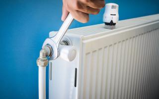 Установка радиаторов отопления в домах и квартирах