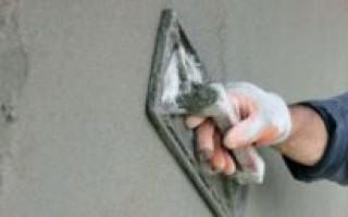 Надо ли грунтовать стены перед штукатуркой