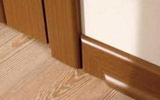 Как стыковать плинтус и наличник двери