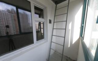 Демонтаж пожарной лестницы на балконе