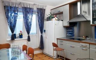 Дизайн маленькой кухни с выходом на балкон
