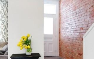 Чем покрыть кирпичную стену в квартире