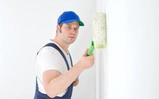 Надо ли грунтовать стены перед поклейкой обоев