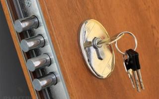 Как заменить личинку замка входной двери