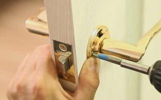 Как открутить ручку межкомнатной двери