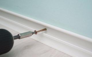 Как крепить плинтуса к бетонной стене