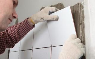 Наклейка плитки на стены в ванной