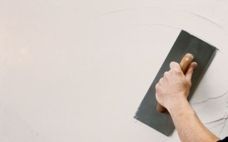 Как правильно шпаклевать стены под покраску