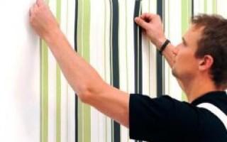 Как правильно наклеить обои на стену