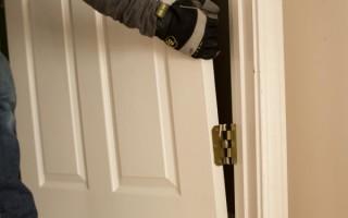 Как снять закрытую дверь с петель